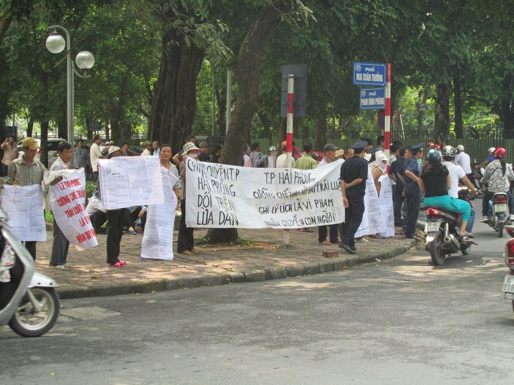 گرفتن عکس از تظاهرات   ۹ کاری که در ویتنام پای شما را به زندان باز میکند