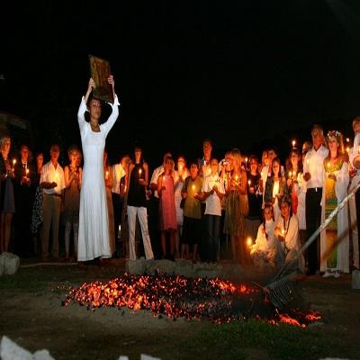 رقص بر آتش افروخته از رسوم مردم بلغارستان